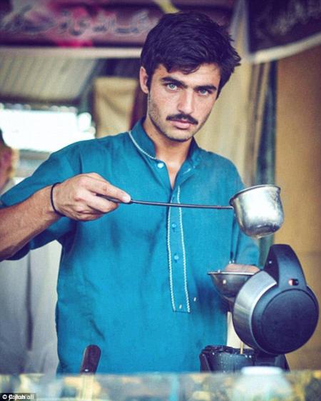 Arshad Khan đang pha trà cho khách trong quầy hàng giải khát của mình. Ảnh: Jiah Ali