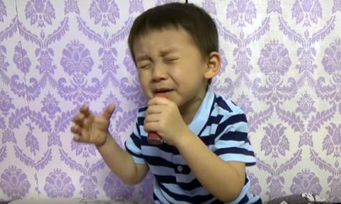 Bé 4 tuổi biểu cảm 'khó đỡ' khi hát nhạc sến giống Quang Lê