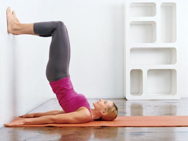 Nằm ngửa trên sàn, mông chạm vào tường, hai tay để dọc thân, hai chân đặt lên tường - Nâng dần lưng lên, cho đến khi chỉ còn bả vai chạm sàn. Giữ tư thế, hít sâu, rồi thở ra và từ từ trở về tư thế ban đầu. Nếu muốn tăng độ khó, bạn có thể vắt một chân lên đầu gối chân kia, chỉ dùng một bàn chân để trụ trên tường.
