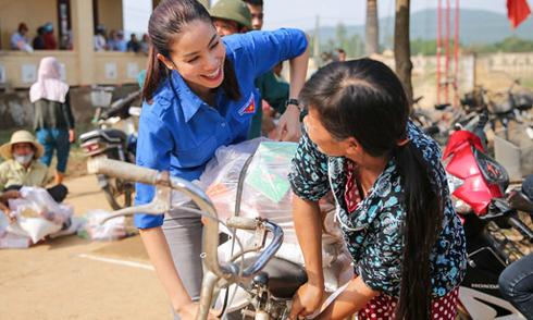 Phạm Hương hết lòng với bà con vùng lũ
