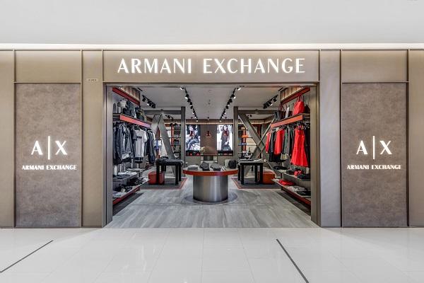 Năm nay, Armani Exchange đánh dấu bước ngoặc lớn tại thị trường Việt Nam khi ra mắt cửa hàng có diện tích hơn 110m2 với thiết kế hiện đại, lấy cảm hứng từ kiến trúc công nghiệp đương đại.