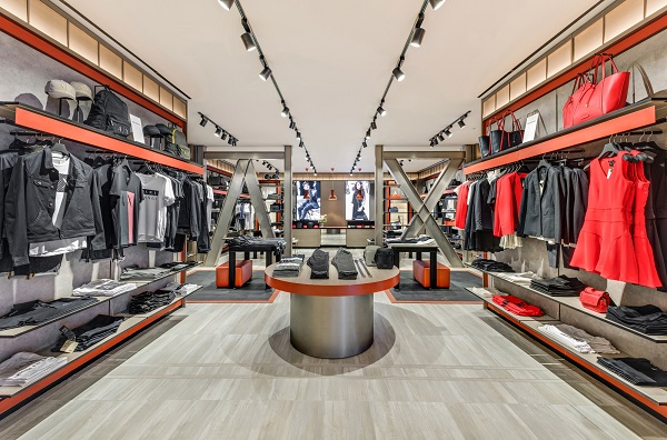 Với thiết kế mở, ngay từ chính diện, khách hàng sẽ bắt gặp hình ảnh hai chữ A và X, biểu tượng đặc trưng của thương hiệu.