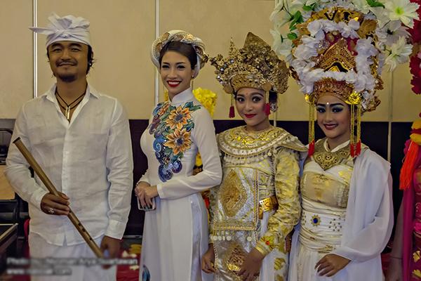 pha-le-mac-ao-dai-khi-du-lien-hoan-am-nhac-o-indonesia-9
