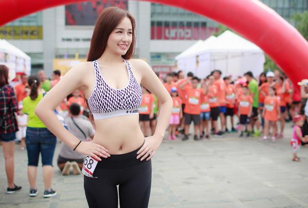 mai-phuong-thuy-photoshop-de-vong-eo-thon-min-6