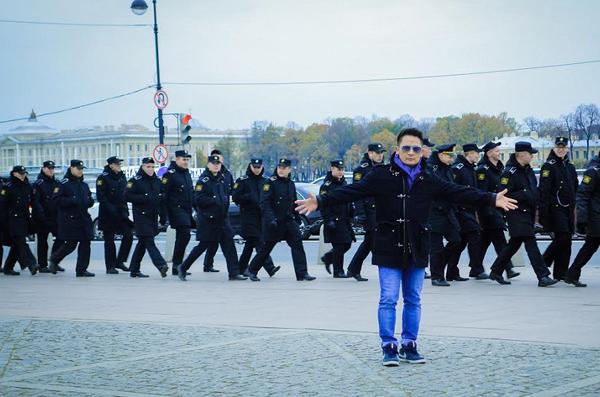 quang-thang-nam-dai-tao-dang-tren-duong-pho-nuoc-nga-3