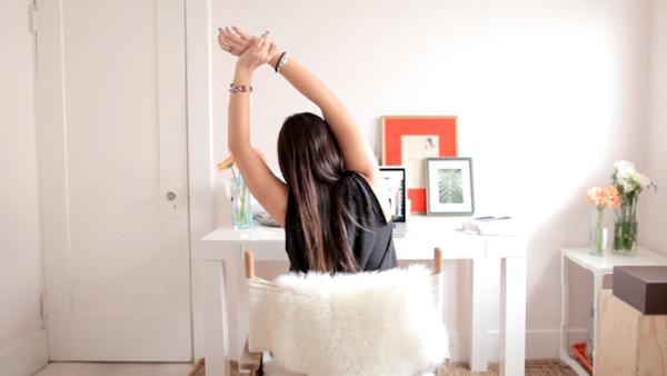 Khi ngồi làm việc, hãy tranh thủ vươn tay lên cao, nghiêng người sang hai bên.