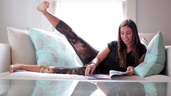 Khi xem sách báo trên sô pha, bạn có thể thực hiện động tác nâng cao chân như thế này.