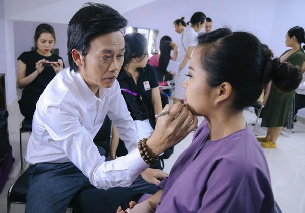Hoài Linh tự tay hóa trang cho 'đàn em' trong hậu trường