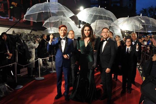 Chuyên gia trang điểm kiêm diễn viên người Philippines - Paolo Ballesteros - khiến khán giả và giới truyền thông ngỡ ngàng khi xuất hiện từ xa. Anh hóa trang thành Angelina Jolie và sải bước trên thảm đỏ.