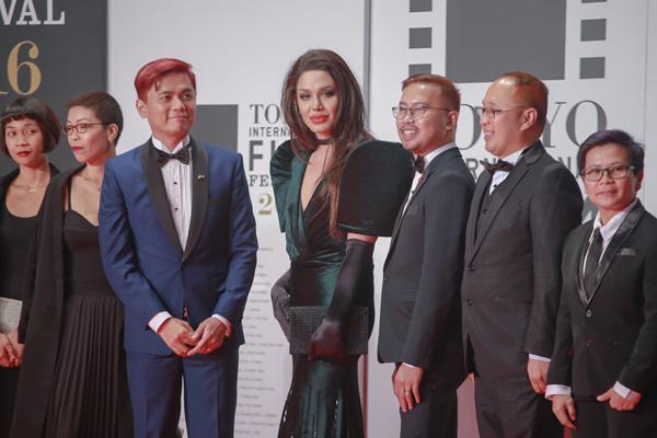 Paolo Ballesteros và đoàn phim Die Beautiful. Bản sao của Angelina Jolie đóng vai chính trong tác phẩm tranh giải này.