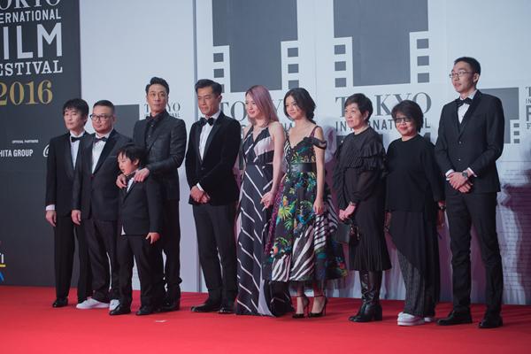 Dương Quá của Anh hùng xạ điêu đi cùng đoàn phim Shed Skin Papa. Đây là phim điện ảnh mới nhất của Cổ Thiên Lạc và vào hạng mục tranh giải ở Tokyo năm nay.