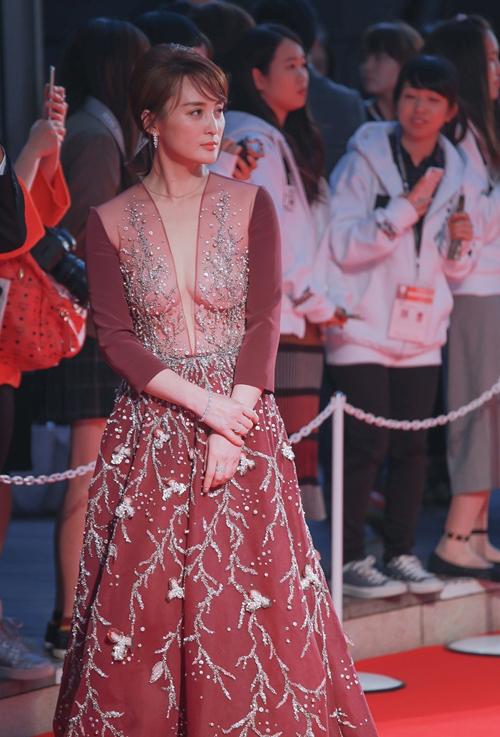 Nữ diễn viên Tưởng Cần Cần khoe vòng một đầy đặn trong chiếc váy mỏng tang giữa thời tiết 10 độ của Tokyo. Cô quen thuộc với khán giả Việt Nam qua các phim truyền hình như Anh hùng xạ điêu 2003, Khang Hy vi hành, Phong vân hay Ngọa hổ tàng long.