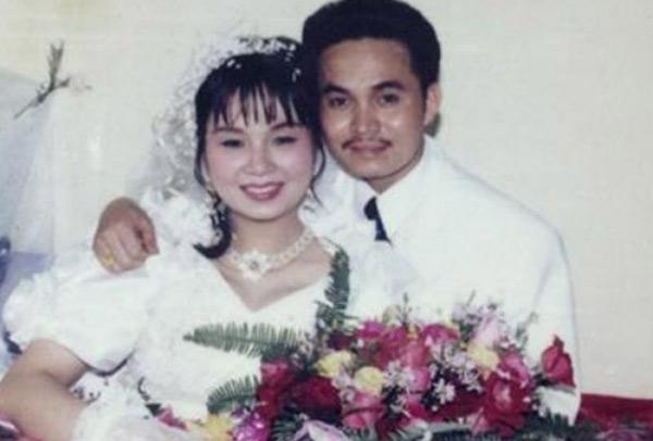 [Caption]Bức ảnh cưới hiếm hoi của vợ chồng nghệ sĩ Xuân Hinh được chụpvào năm 1993. Trong đám cưới,Xuân Hinhđi đón dâu bằng xe Dream. Vợ nghệ sĩ diện bộváy cưới tay bồng cổ điển cùng chiếc vòng cổ bằng nhựa được đính kết hạt thủ công.