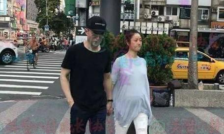 Bà bầu Lâm Tâm Như nắm tay chồng dạo phố