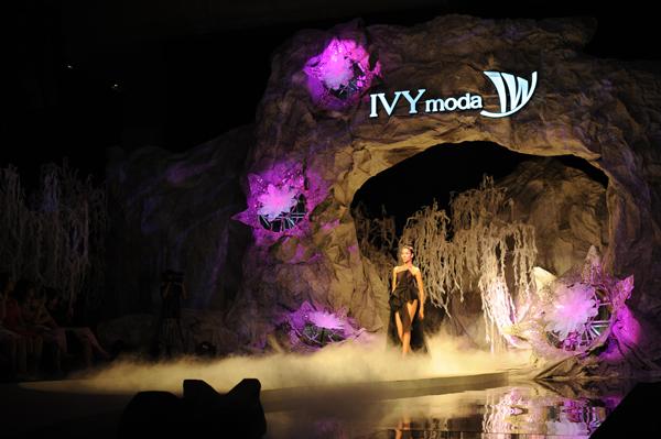 IVY moda mang 'núi đá' vào show diễn Infinite Dream