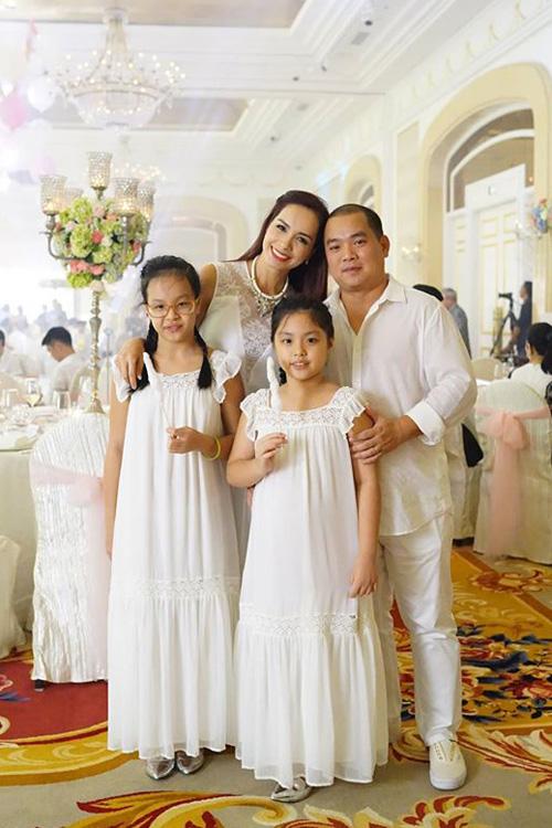 Gia đình Thúy Hạnh - Minh Khang mặc trang phục trắng đi tiệc.
