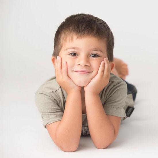 Nhóc Thiago mỉm cười