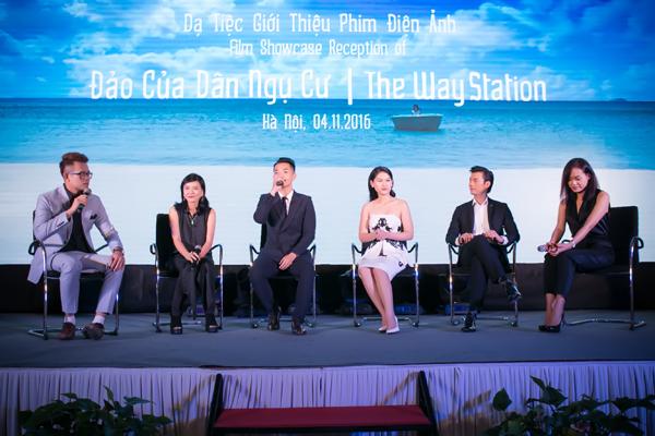 Đoàn phim Đảo của dân ngụ cư dành thời gian giao lưu với giới truyền thông.Phim được chuyển thể từ truyện ngắn cùng tên của nhà văn Đỗ Phước Tiến, nói về bối cảnh xã hội Việt Nam giai đoạn 1995-2000, đặc biệt là cuộc sống của những người tứ xứ tại một thị trấn ven biển.