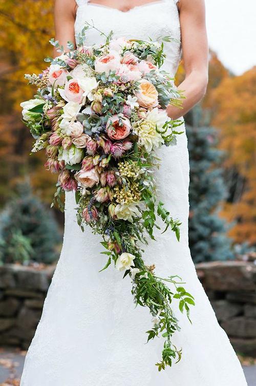 Nhiều cô dâu cho rằng, cầm hoa cưới là một việc đơn giản, thuộc về bản năng. Tuy nhiên, nếu không cầm đúng cách, bó hoa sẽ che mất vẻ đẹp của váy cưới, cùng các đường cong của cơ thể hoặc gây vướng víu khi di chuyển.