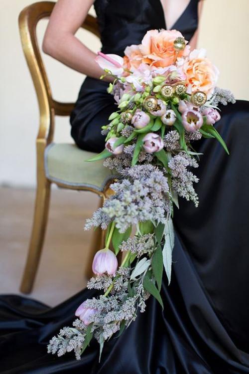 Trong ngày cưới, nhiều cô dâu thường quá tham lam khi chọn những bó hoa cầu kỳ, nặng nề, gây mỏi hoặc thậm chí sái tay. Phần tay cầm của bó hoa nên phù hợp với kích thước của bàn tay để dễ điều chỉnh.