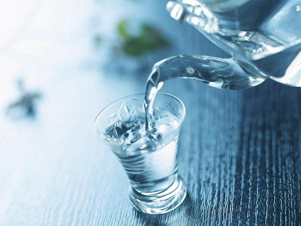 Để tối đa lợi ích của việc uống nước buổi sáng, hãy nhớ Uống một cốc nước lớn ngay sau khi vừa thức dậy, trước khi vệ sinh cá nhân và ăn sáng.