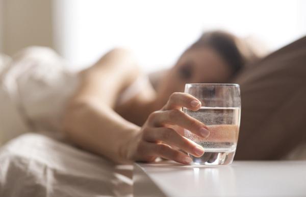 Bí quyết để có làn da trắng sứ, trẻ trung bất chấp thời gian của phụ nữ Nhật đơn giản chỉ là uống một cốc nước lọc ngay sau khi thức dậy.