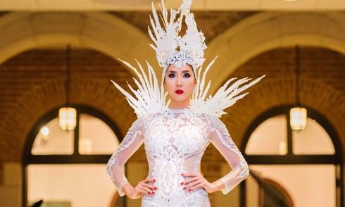 Ngọc Quyên tái xuất sàn diễn với bộ váy xuyên thấu