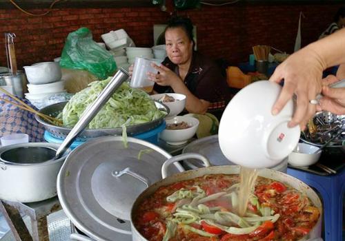 vo-chong-thu-phuong-do-loi-cho-quan-bun-chui-ha-noi-5