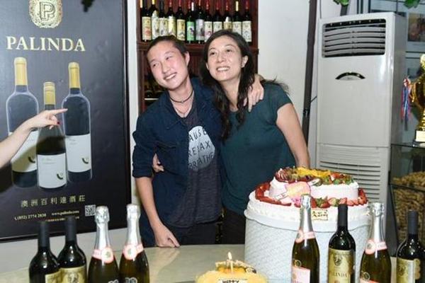 Trước đó, trong bữa tiệc sinh nhật của diễn viên Ngô Ỷ Lợi, con gái Ngô Trác Lâm đã tặng quà và dành cho mẹ những cái ôm rất chặt. Năm ngoái, hai mẹ con từng trải qua giai đoạn mâu thuẫn, căng thẳng với nhau, nhưng hiện tại mối quan hệ đã ổn thỏa.