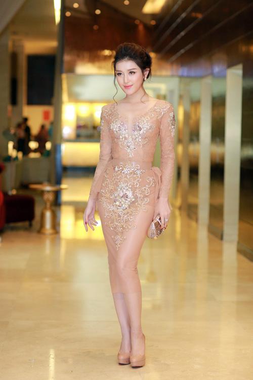 huyen-my-khoe-duong-cong-voi-vay-nude