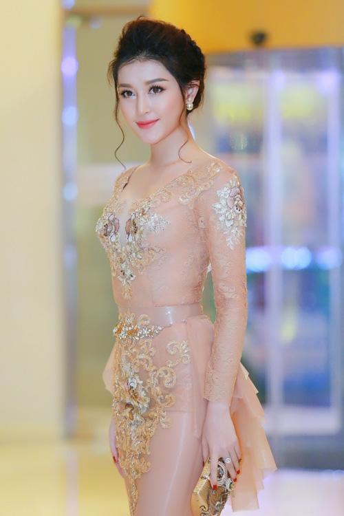 huyen-my-khoe-duong-cong-voi-vay-nude-1