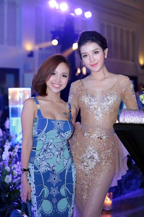 huyen-my-khoe-duong-cong-voi-vay-nude-5