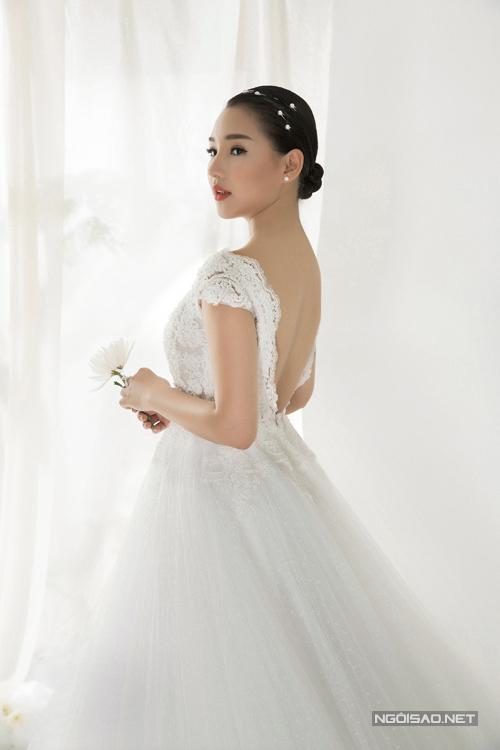 Mạc Anh Thư, Kiều Oanh khoe dáng cùng váy cưới lộng lẫy