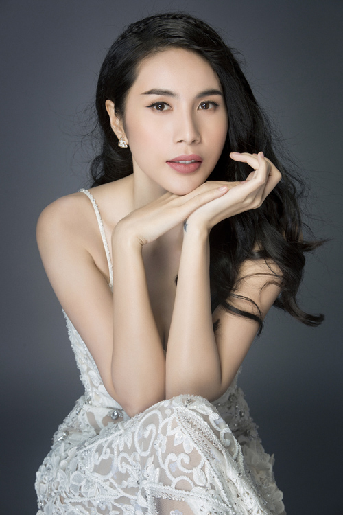 thuy-tien-dien-vay-day-ho-hung-khoe-vong-1-3