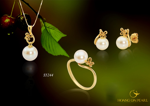 Ngọc trai biển Akoya luôn là loại ngọc trai có độ sáng bóng hoàn hảo nhất. Với kích thước ngọc 7-9.5mm kết hợp với chất liệu vàng 18k, bộ trang sức S5244 là bộ trang sức không thể thiếu đối với các Quý cô yêu mến ngọc trai.