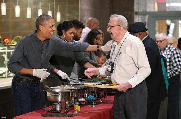Ông Obama phụ trách phục vụ món gà tây và múc nước sốt.