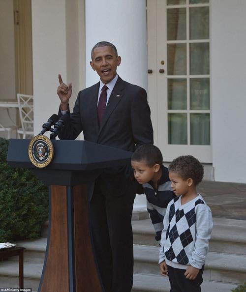 con-gai-ong-obama-giup-bo-me-chun-bi-do-an-le-ta-on-5