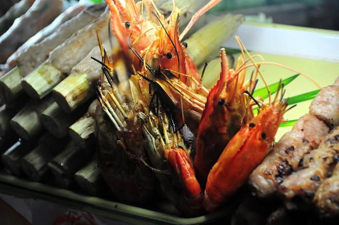 Đủ món ăn vặt bên trong chợ Bến Thành Sài Gòn