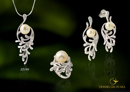 Bộ trang sức ngọc trai biển South Sea màu vàng ánh kim bóng, tròn, kết hợp với chất liệu vàng trắng cùng kiểu thiết kế lấy ý tưởng từ những cánh hoa là món trang sức nổi bật tại những buổi lễ tiệc sang trọng cuối năm.