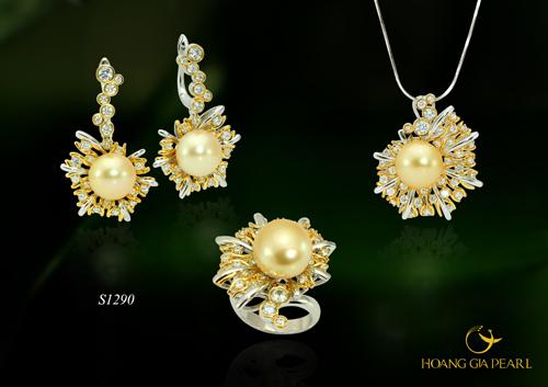 Ngọc trai luôn có sức hút riêng biệt, vững bền với thời gian cả về giá trị lẫn sắc vóc. Qua những đôi bàn tay chế tác tỉ mỉ của các nghệ nhân đến từ thương hiệu Hoàng Gia Pearl, viên ngọc trai sáng bóng sẽ trở nên đẳng cấp hơn với bộ trang sức thật sự lộng lẫy và quý phái.