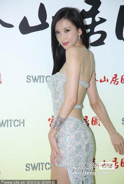 Dù đã bước sang tuổi 41 nhưng Lâm Chí Linh vẫn tự tin khoe vòng eo nuột nà. Chân dài chia sẻ, tạng người cô vốn không dễ béo nên hầu như cô không bao giờ phải ăn kiêng. Tuy nhiên, để giữ vóc dáng săn chắc, cô cũng dành 3 - 4 buổi/tuần để tập gym