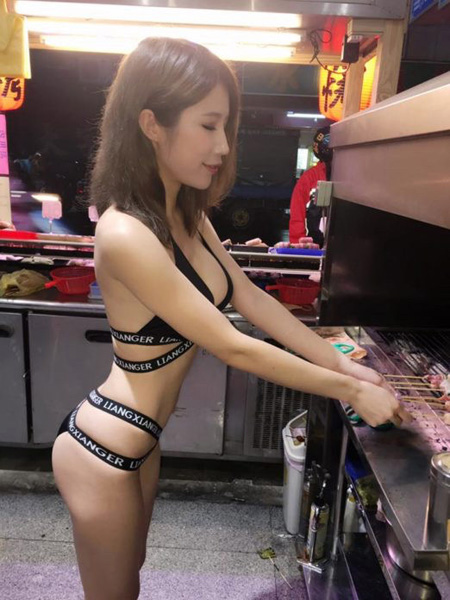 Những bức ảnh được chụp và chia sẻ lên mạng xã hội hồi đầu tuần này cho thấy bà chủ trẻ, khoảng ngoài 20 tuổi, diện bikini nóng bỏng, quần đùi hay váy đỏ ngắn cũn đang chế biến món ăn cho khách.