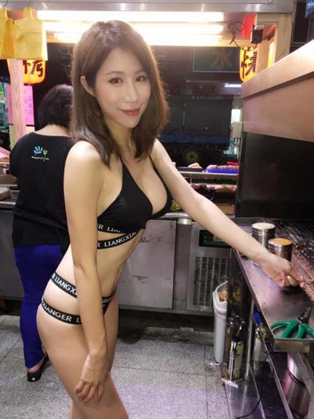 Khó có người đàn ông nào cưỡng lại được khi nhìn thấy thân hình tuyệt đep của cô chủ cửa hàng thịt nướng trong bọ bikini cut out này.