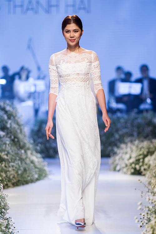 [Caption]Với mỗi cô gái Việt Nam, áo dài cưới là một trong những trang phục quan trọng nhất cuộc đời. Vì vậy nhà thiết kế Trương Thanh Hải muốn mang đến cho các cô dâu chiếc áo dài vừa thể hiện sự truyền thống, nét đẹp văn hóa Việt, vừa đặc biệt, trẻ trung và hiện đại.
