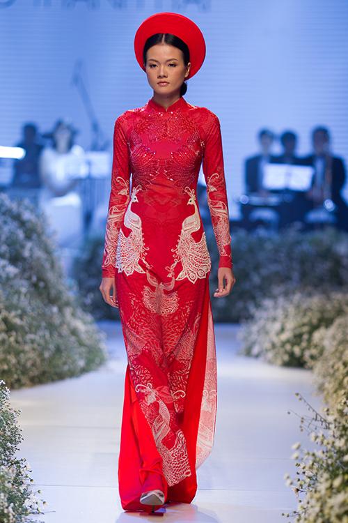 [Caption]Những mẫu áo dài đỏ mang vẻ đẹp lộng lẫy và càng thêm đẹp khi được trang trí bằng họa tiết thêu hay điểm xuyết bởi các hạt đá lấp lánh.