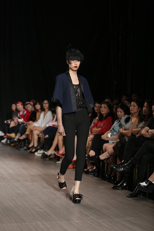 Guốc đính lông vũ, mũ đội đầu theo phong cách công nương anh càng góp phần mang đến sự lôi cuốn cho các người mẫu khi xuất hiện trên sàn catwalk.