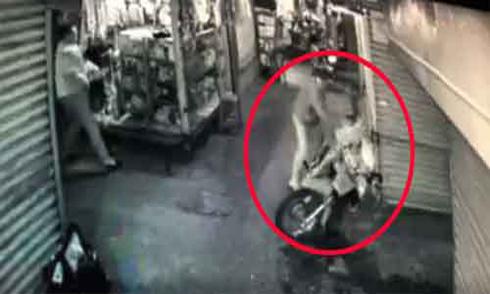 Bị đâm liên tiếp sau va chạm xe máy
