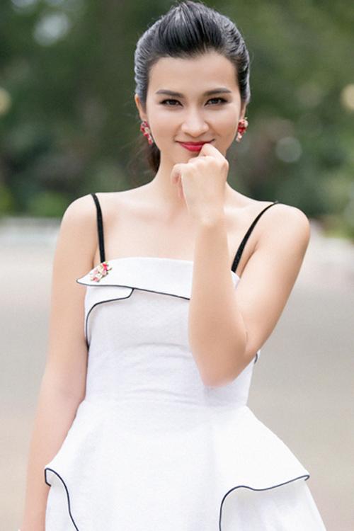 Kim Tuyến ngọt ngào, trẻ trung với son môi đỏ tươi tắn và đôi mắt viền mảnh.