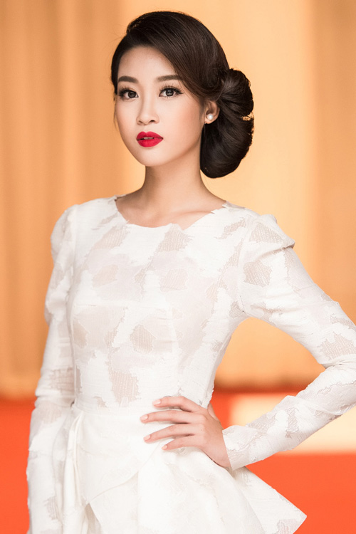 Hoa hậu Mỹ Linh khoe vẻ đẹp cổ điển kiêu kỳ với làn môi đỏ rực rỡ, đôi mắt tròn được chuốt mi giả cong vút kết hợp với kiểu bới tóc thấp