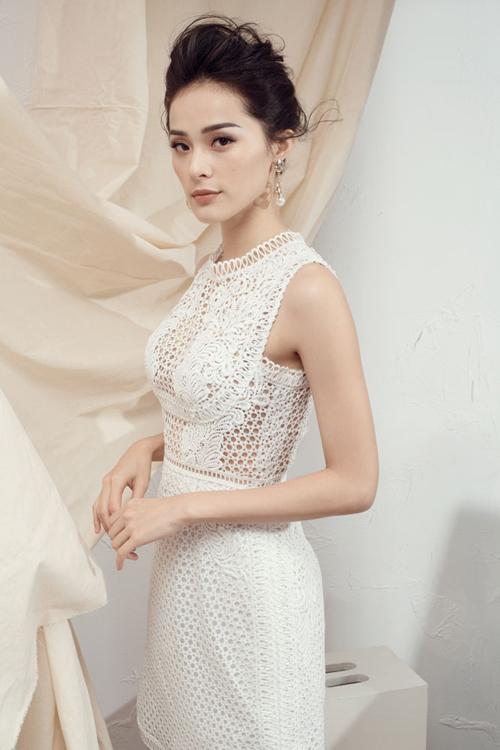 Sắc trắng được thể hiện vô cùng phong phú qua các dáng váy ôm, váy xoè, váy trễ vai đi cùng chất liệu hoa ren bắt mắt.